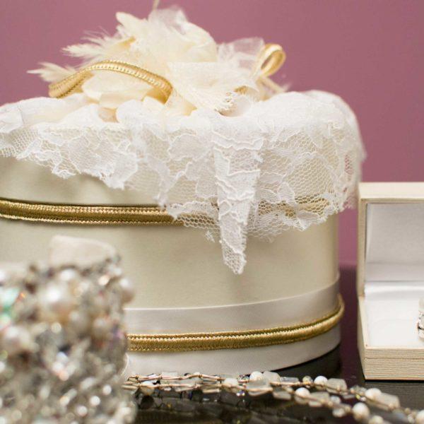Νυφικά κοσμήματα και vintage κουτί αποθήκευσης