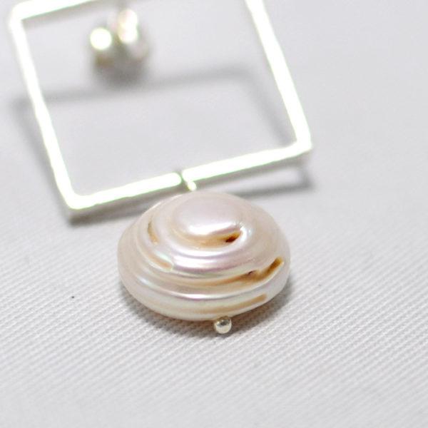 Χειροποίητα ασημένια γεωμετρικά σκουλαρίκια με μαργαριτάρια Narcissus