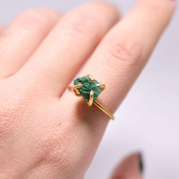 Χειροποίητο δαχτυλίδι με ακατέργαστο πράσινο χαλαζία